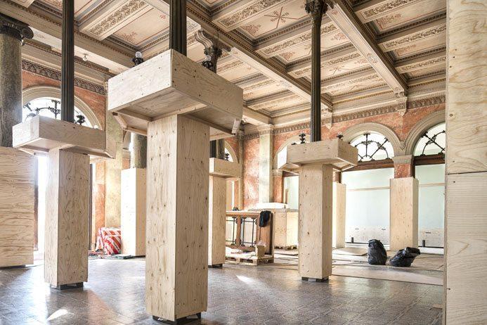 De gamla pelarna kläs in för att inte komma till skada under renoveringen. Foto: Hans Wretling