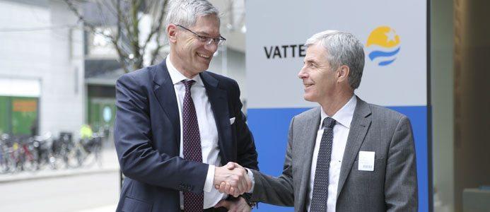 På bild Magnus Hall och Petter Holland skakar hand i och med det nya samarbetet mellan Preem och Vattenfall. Bild: Preem
