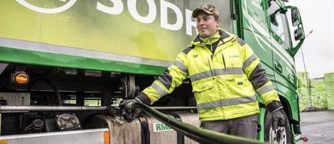 Flertalet av Södras anläggningar tankar enbart sina arbetsfordon med fossilfri HVO-diesel* precis som Södras eget åkeri med 24 lastbilar. Fotograf: Eijer Andersson