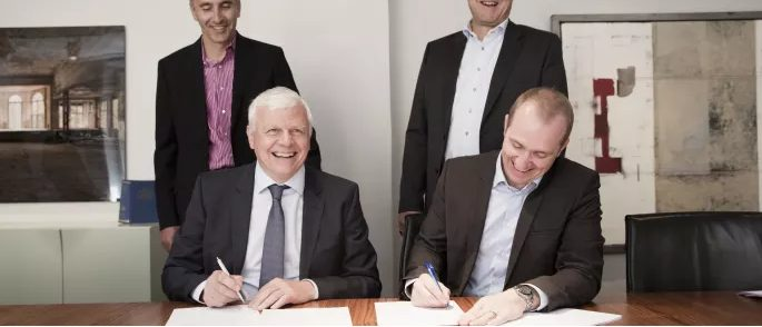 Per Offersen, CEO Kosan Gas Nordic, och Mattias Backmark, chef affärsutveckling Preem, signerar affären