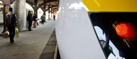 Tåg vid perrong.