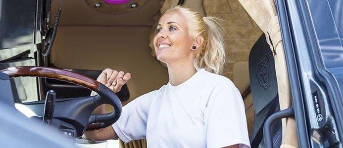 Bild på öppen öppen lastbilsdörr med kvinna som kör