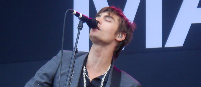 Gustaf Norén sjunger på scen