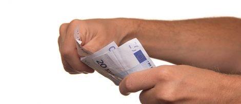 Pengar i handen