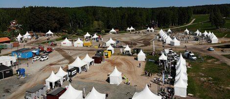 På bilden syns tre av mässans åtta stationer. Längst ut till vänster syns Hallingsplast Sverige AB och bakom dem den damm dem använt för att demonstrera sin produkt.