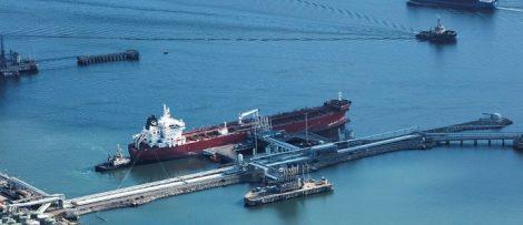 """Vid kajplats 519 (där det röda fartyget ligger) blir LNG-bunkring möjlig """"pipe to jetty"""", via rörledning direkt till fartyg. Bild: Göteborgs Hamn AB"""