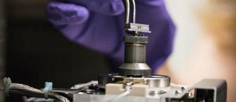 En provhållare i ett instrument för fokuserad jonstråleavverkning. Johan Bodell/Chalmers tekniska högskola