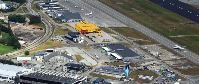 DHL Express nya terminal ligger i direkt anslutning till landningsbanan på flygplatsen i Stavanger.