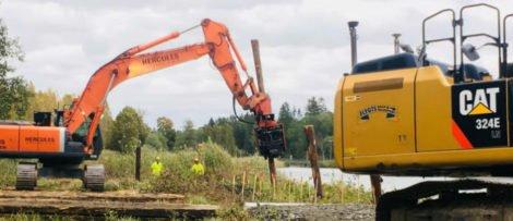 12 m långa pålar pressas ner i kanalbanken vid Norsholm. Foto: Göta kanalbolag