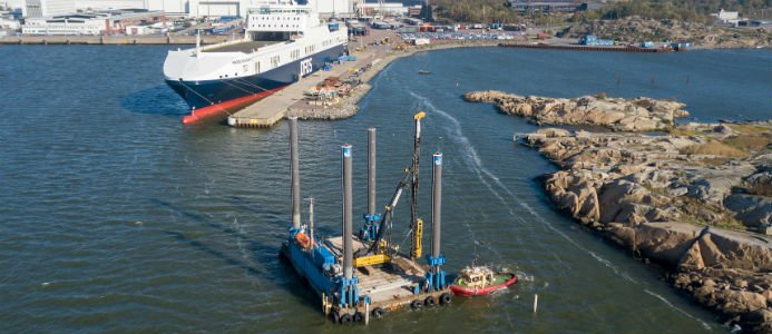 Pålningspråmen från luften, under förberedelser för pålningsarbeten i förra veckan. I Bakgrunden: roro-fartyget DFDS Magnolia Seaways. Göteborgs Hamn AB