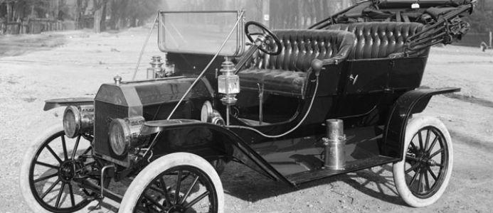 Det här är dock inte en elbil. Långt ifrån. På bilden syns en Ford Model T, som när den tillverkades utgjorde hälften av världens bilproduktion. Just denna bild är tagen 1910 i Utah av Harry Shipler. Vi har kommit en bra bit sedan dess.