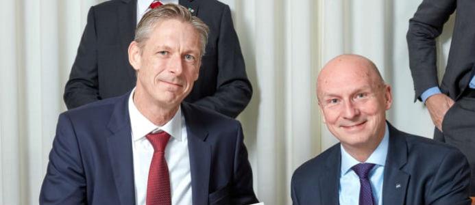 Per Spåls, Head of RE&FM Nordic Vattenfall, och Gary Kidd, vd ISS Sverige, vid signeringen av det nya partnerskapsavtalet mellan Vattenfall och ISS. Foto: ISS
