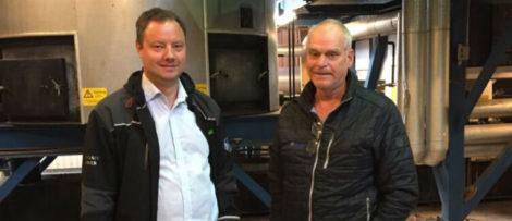 David Frykerås, VD på Againity, och Hans Christoffersson, ansvarig värmeproduktion på Alvesta Energi, på värmeverket i Moheda.