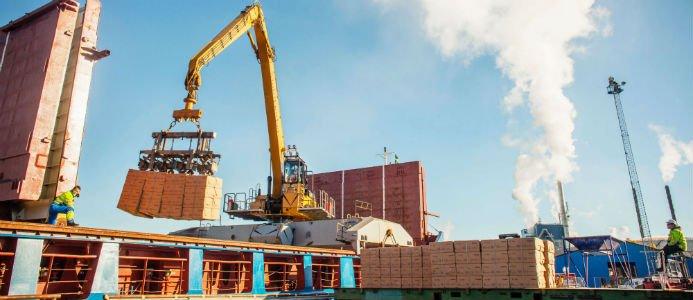 Lastning i Vallviks hamn. Foto: Rottneros