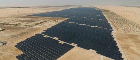 Enligt Abu Dhabi ska de 3,2 miljoner panelerna ge el till 90 000 människor och sänka koldioxidutsläppen med en miljon ton. Bild: WAM