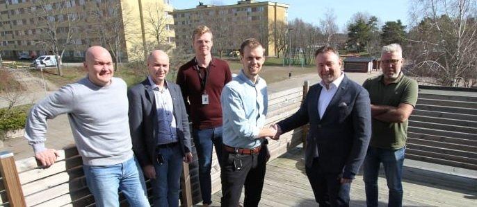 Ett symboliskt handslag ägde rum den 2 april 2019 mellan Sernekes arbetschef Christoffer Sundin efter att avtalet för stamrenovering i kvarteret Guldvingen signerats. I bakgrunden syns några av höghusen som ska renoveras inom projektet.