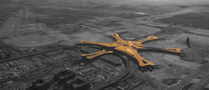 Flygplatsen har formen av en sjöstjärna med sex böjda terminaler. Bild: Wikipedia