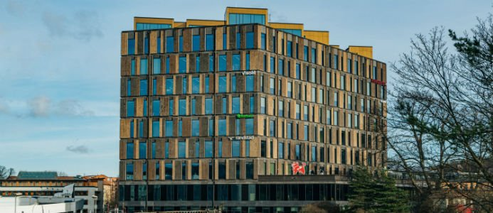 Det nyligen färdigställda kontorshuset är beläget intill Solna station i Arenastaden och har utvecklats och byggts av Skanska. Foto: Pressbild Skanska