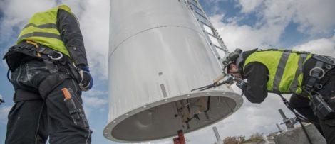 Tornet är 30 meter högt och restes igår den 28 april av bolaget Modvion som utvecklar vindkraftstorn i trä.