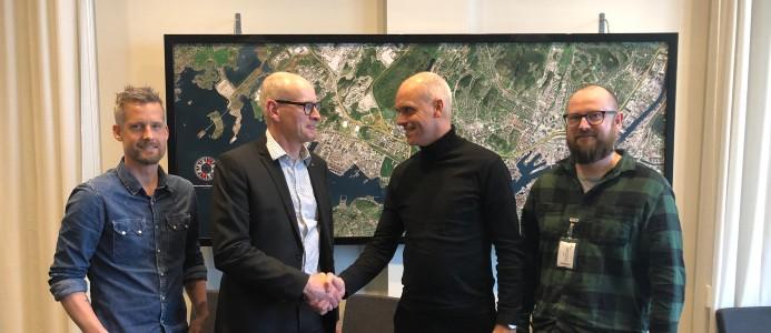 På bild (från vänster: Lars Petersson (projektledare Göteborgs hamn), Erik Hallgren (vice president Infrastructure Göteborgs Hamn), Peter Svenningsson (regionchef Veidekke) och Hampus Jakobson (arbetschef Veidekke). Bildkälla: Veidekke