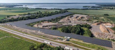 Solcellsparken består av cirka 30 000 paneler. Bild: Tekniska Verken