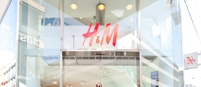 En H&M-skylt ovanför entrén till en av deras butiker.