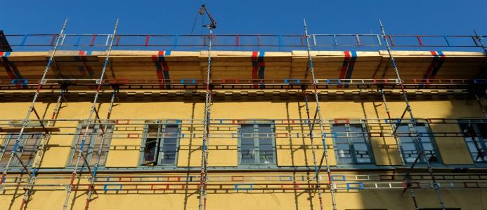 Fasad med byggnadsställning